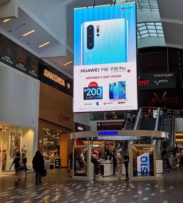 Huawei троллит Samsung большим рекламным щитом возле магазина конкурента